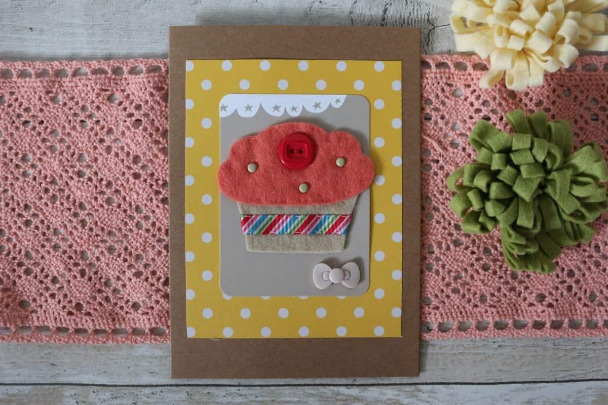 DIY Papercraft handmade card ideas. Pretty Felt Cupcake birthday Card Idea.