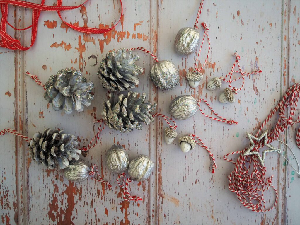 quick and easy craft. Nature inspired Christmas Tree Decorations. Christmas Tree Handmade Decorations. Christmas Tree Nature Inspired Decorations.